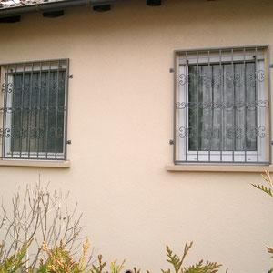 Klassische Fenstergitter mit C-Schnörkeln verziert