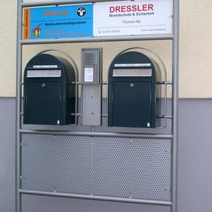 Moderne Briefkastenkomposition mit integrierte Gegensprechanlage