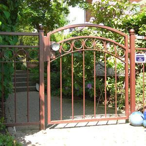 Schmiedeeiserne Gartentür – modern interpretiert