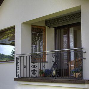 Zweifarbiges Fenstergitter in der Laibung montiert
