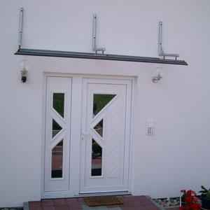 Futuristisches Vordach mit Glaselementen