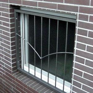 Fenstergitter mit V-förmiger Querstrebe