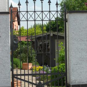 Schmiedeeisernes Gartentor mit Dekorspitzen