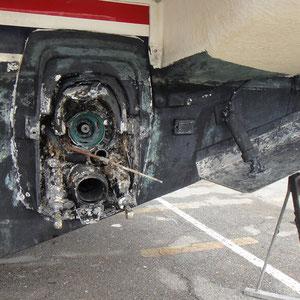 efectos del rayo en una cola de motor de una embarcacion