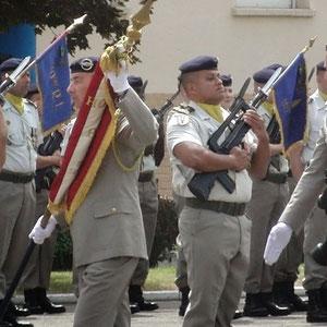 Le capitaine Maltaverne avec le drapeau du 110° régiment d' infanterie.