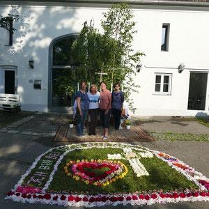 31.05 2018 Fronleichnam Blumenteppich Erstellerinnen der Kolpingsfamilie