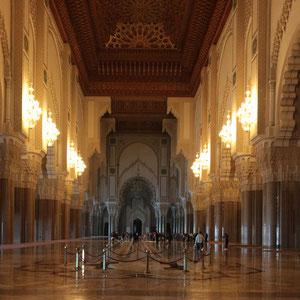 Die riesige Halle der Hassan II – Moschee ist mit italienischem Marmor ausgelegt und die Wände und Pfeiler sind reich dekoriert. An den Decken ist Zedernholz kunstvoll verarbeitet.