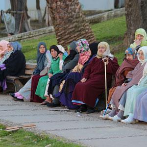 Abendlicher Plausch in einem kleinen Park in der Medina von Tanger.