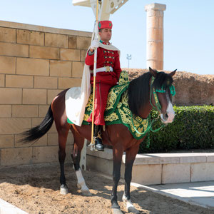 Das Mausoleum von Mohammed V. in Rabat wird Tag und Nacht von Wachposten in altmaghrebinischer Uniform bewacht.