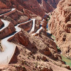 Das Dades – Tal, eine wild zerklüftete Gebirgslandschaft, ist eines der schönsten Täler in ganz Marokko. Die Straße führt durch eine grandiose Landschaft und steigt dann in engen Serpentinen steil an.