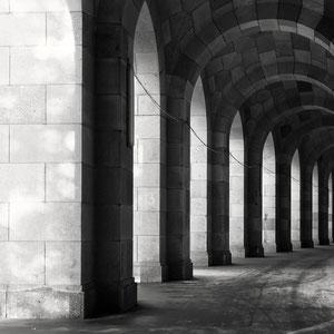 Arkadengänge Kongresshalle Nürnberg (Copyright Martin Schmidt, Fotograf für Schwarz-Weiß Fine-Art Architektur- und Landschaftsfotografie aus Nürnberg)