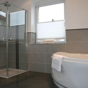Dusche und Whirlpool Badewanne