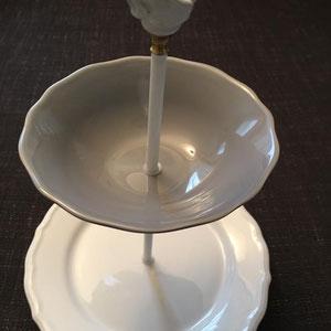 2-stöckige étagère, weiss grau mit weisser verbindungsstange und rosenknauuf, fr. 52.00