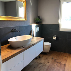 Badezimmer-Decke und Wände Bunt