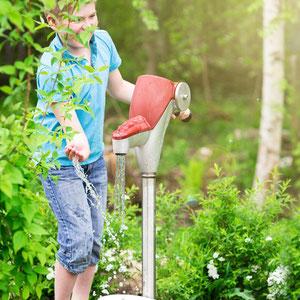 Mit Wasser spielen Kinder besonders gerne.