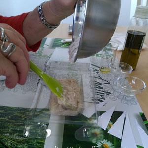 Confection d'un Shampoing Solide lors d'un atelier de cosmétique home-made.