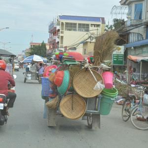 Unterwegs von Phnom Penh Richtung Sihanoukville. Auf Kambodschas Strassen.