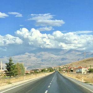 "Richtung Kayseri der Vulkan ""Erciyes Dağı"" in den Wolken"