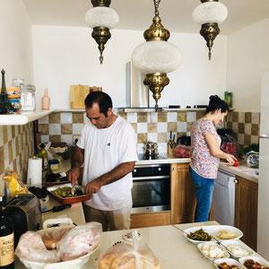 das Hausmeisterehepaar beim Vorbereiten des Barbecues