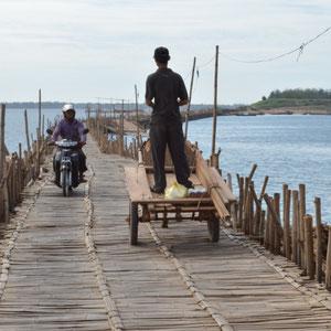 Verkehr auf der Ko Paen Bamboo Brücke