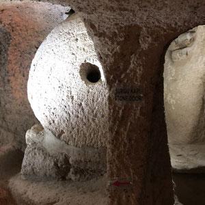 """in der Unterirdische Stadt""""Kaymakli"""" - ein Steinrad das als Türe diente"""