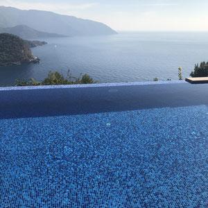 und wieder in den herrlichen Pool mit der schönen Aussicht