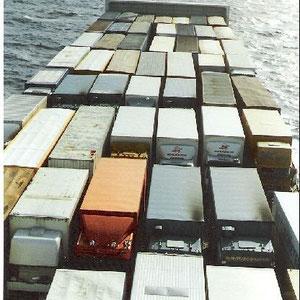 die Zugmaschinen standen meistens oben,die Anhänger wurden unten im Schiff verladen