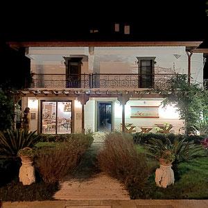 unser Hotel bei Nacht