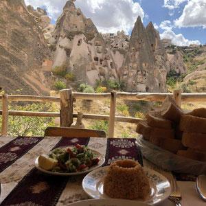 Mittag Essen mit schöner Aussicht in Uçisar