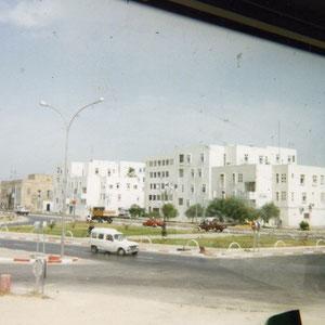Blick vom Parkplatz in La Goulette auf die Strasse Richtung Tunis. Rechts der Wohnblock in dem unsere Wohnung war.