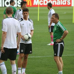 unser Team beim Abschlusstraining am  Abend vor dem Spiel gegen Portugal