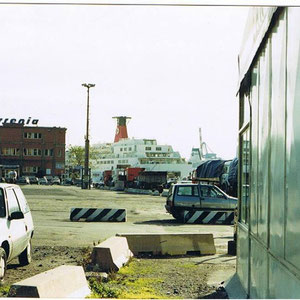 Hafen in Genua. Blick auf das Gebäude der Tirrenia und die Habib