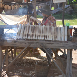 Klebereis mit roten Bohnen im Bambusrohr. Ein kleiner Snack am Strassenrand
