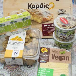Auf dem Bild seht ihr unter anderem vegane Pflansensahne/Cuisine (Links) und veganen Joghurt mit Müslimischung( rechts). Gefunden bei SKlavenitis.