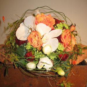 Nachbildung mit Kunstblumen