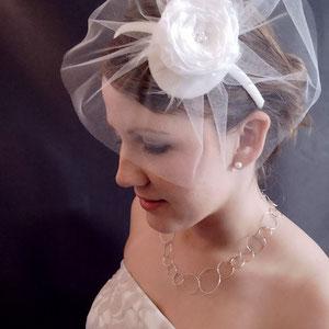 Brautschleier mit Käppchen und Spitzenblüte ivory