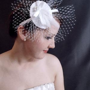 Brautschleier mit Käppchen, Seidenschleife, Federn & Perlen schneeweiß