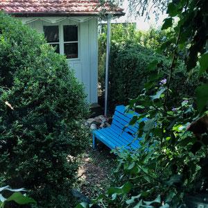 Gartenhaus und Gartenbank, welches mir mein Sohn gebaut hat, beides mit Farben verschönert.