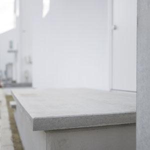 町並みに合わせたコンクリートの階段