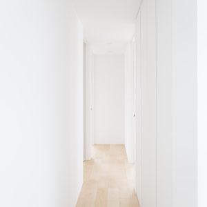 白と木の色がもたらす明るい廊下