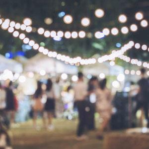 Eine Veranstaltung im Freien mit Lichtern. Die Musik für die Veranstaltung wird von Sängerin Katalin und Pianobegleitung durch Magdalena übernommen.