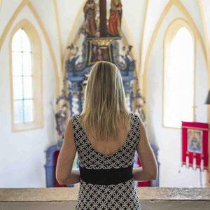 Hochzeitssängerin Katalin singt auf der Trauung in der Kirche