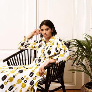 Print-Kleid von «Komana» für den Sessel und (hoffentlich bald) den Spaziergang am See.