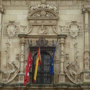 Detalle de ventana central de la fachada de la  Universidad Cisneriana