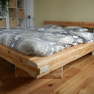 massives Bett aus Balken mit Altholz Sonderanfertigung Dani Vogt Holzbau Wangen