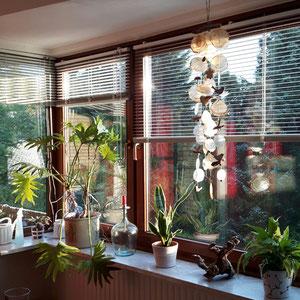 Windspiel im Blumenfenster