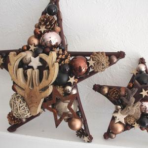 Zwei Sterne im rustikalen Design mit Hirschköpfen - Zapfen und Glaskugeln.