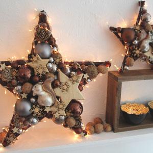 Zwei braune Sterne mit Eichhörnchen - Dekor als Wohnzimmer Deko für die Herbst - Winterzeit.