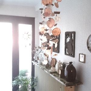 Windspiel in orange-braun im Eingangsbereich