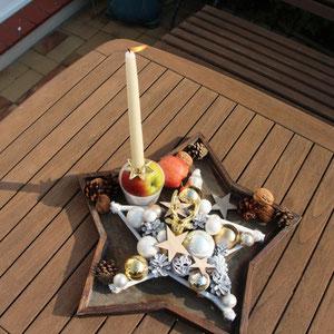Weiß - goldener Stern in 30 cm Durchmesser als Tischdeko mit einer Stab Kerze